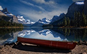 Картинка деревья, горы, озеро, отражение, камни, берег, лодка, Канада, Альберта, Jasper, национальный парк, National Park, Джаспер, …