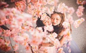 Картинка цветы, улыбка, стиль, девушки, портрет, весна, корона, сакура, платье, объятия, образ, цветение, азиатки, подруги, принцессы, …