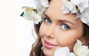 Обои взгляд, цветы, крупный план, лицо, улыбка, макияж, белый фон, шатенка, красотка