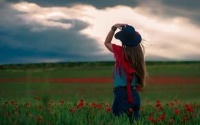 Картинка небо, девушка, пейзаж, цветы, тучи, поза, спина, маки, джинсы, шляпа, простор, платок, накидка, взгляд вдаль, ...