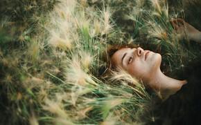 Картинка девушка, веснушки, в траве, Ася Молочкова