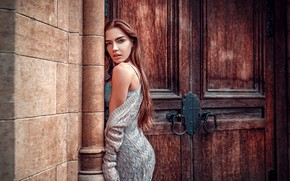 Обои взгляд, поза, стена, здание, портрет, макияж, двери, фигура, платье, прическа, шатенка, красотка, Lily, Oliver Gibbs
