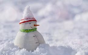 Картинка зима, снег, природа, праздник, игрушка, Рождество, Новый год, снеговик, светлый фон, сугроб, фигурка, боке