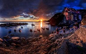Картинка море, солнце, лучи, пейзаж, закат, тучи, люди, скалы, дома, лодки, Италия, городок, Riomaggiore, туристы, Риомаджоре, …