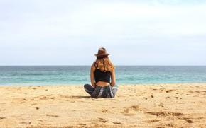 Картинка песок, море, лето, девушка, побережье, спина, шляпа