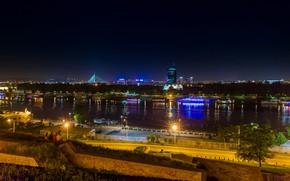 Картинка ночь, огни, река, дома, фонари, набережная, Сербия, суда, Belgrade