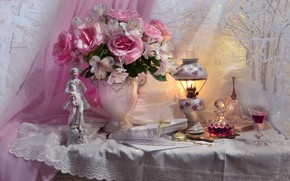 Картинка цветы, перо, бокал, лампа, розы, ткань, ваза, статуэтка, напиток, занавеска, салфетка, фигурка, графин, Валентина Колова