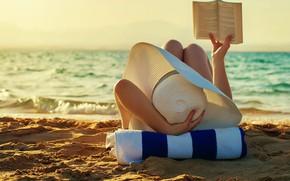 Картинка море, пляж, лето, девушка, загар, книга, шляпка