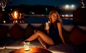 Картинка ночь, огни, секси, поза, стол, модель, портрет, подушки, макияж, фигура, платье, прическа, коктейль, шатенка, ножки, …