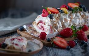Картинка ягоды, малина, черника, клубника, крем, десерт, рулет, разделочная доска