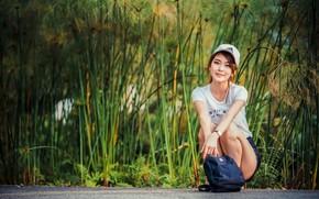 Картинка взгляд, девушка, футболка, кепка, сумка, азиатка, сидит, боке