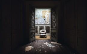 Картинка комната, кресло, дверь, натурализм