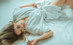 Картинка girl, eyes, smile, beautiful, model, lips, face, hair, pose, makeup, girl on bed