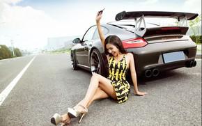 Картинка авто, взгляд, улыбка, Девушки, ключ, азиатка, красивая девушка, сидит над машиной