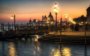 Картинка вода, город, вечер, освещение, фонари, Италия, Венеция, собор, набережная
