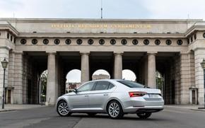 Картинка здание, колонны, седан, фасад, Škoda, Skoda, четырёхдверный, Superb, 2020, серо-серебристый