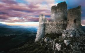 Картинка небо, облака, горы, старина, туман, камни, замок, холмы, высота, даль, вечер, атмосфера, склон, Италия, башни, …