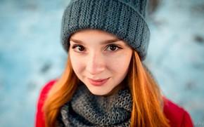 Картинка зима, взгляд, девушка, крупный план, лицо, улыбка, фон, модель, шапка, портрет, макияж, шарф, куртка, прическа, …