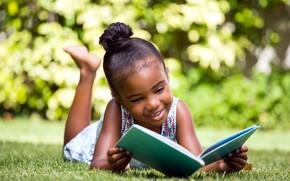 Картинка девочка, книга, лужайка