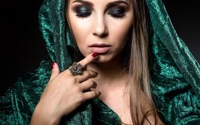 Картинка девушка, лицо, стиль, рука, макияж, кольцо, маникюр, закрытые глаза, парча