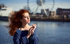 Картинка вода, девушка, лицо, ветер, волосы, руки, рыжая, рыжеволосая, свитер, закрытые глаза, Anna Rawka