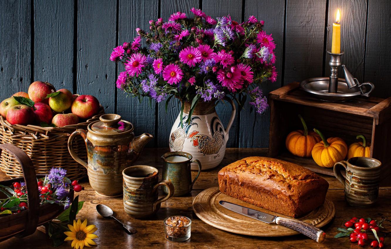 Фото обои цветы, корзина, яблоки, свеча, чайник, чашки, тыквы, кувшин, фрукты, натюрморт, кекс