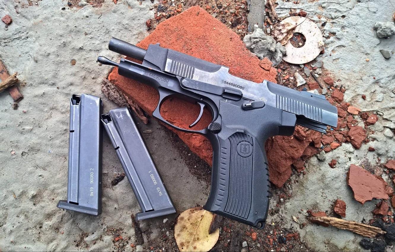 https://img5.goodfon.ru/wallpaper/nbig/0/1f/pistolet-oboima-patrony-pia-grach-kirpich.jpg