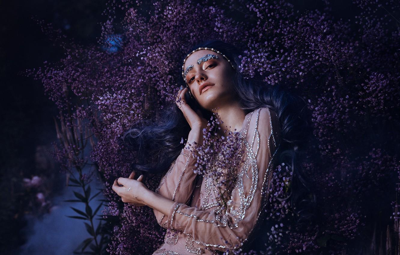 Фото обои взгляд, девушка, цветы, поза, стиль, руки, макияж, платье, синие волосы