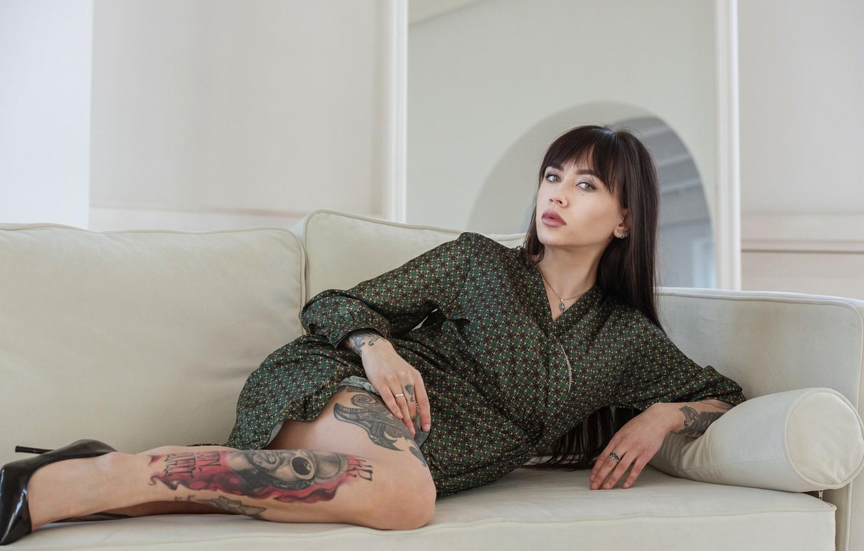 Фото обои девушка, поза, диван, макияж, платье, брюнетка, туфли, татуировки, Максим Емельянов