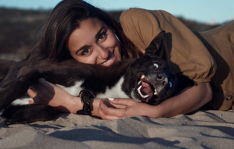 Фото обои песок, взгляд, девушка, радость, лицо, улыбка, настроение, собака, друзья