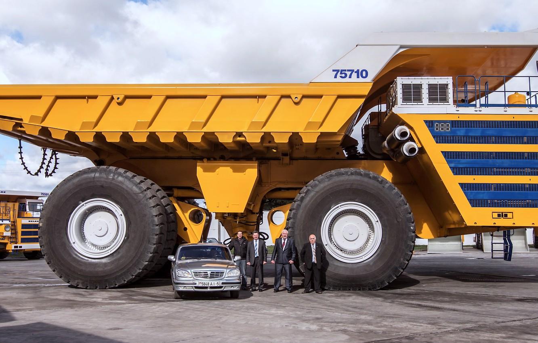 Фото обои авто, люди, гигант, Волга, Белоруссия, самосвал, Белаз