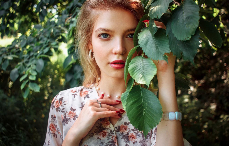 Фото обои лето, листья, девушка, украшения, ветки, кольца, серьги, макияж, блондинка, жемчуг, браслет, колье, Виктор Раков