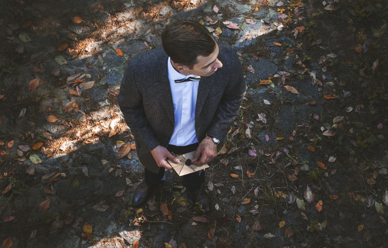 Фото обои взгляд, письмо, листья, парень в костюме