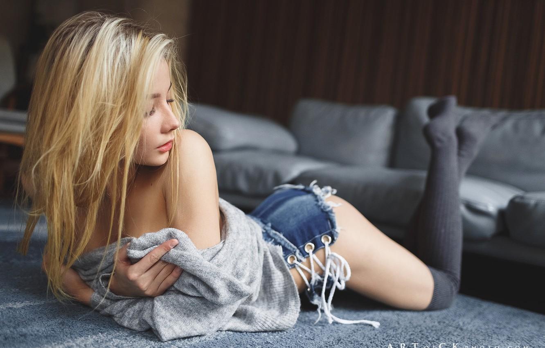Фото обои девушка, поза, волосы, шорты, гольфы, плечо, на полу, Степан Квардаков, Катерина Ширяева