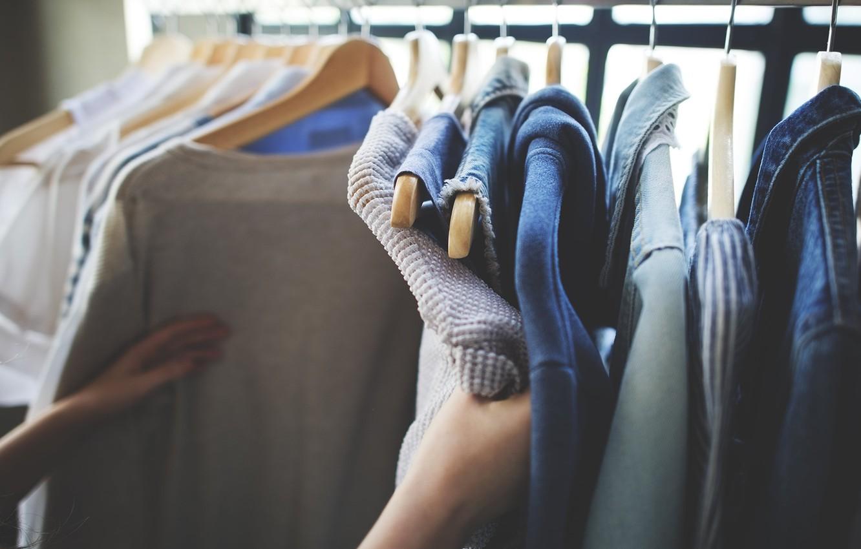 Фото обои одежда, рука, рубашка, выбор, кофта, вешалка