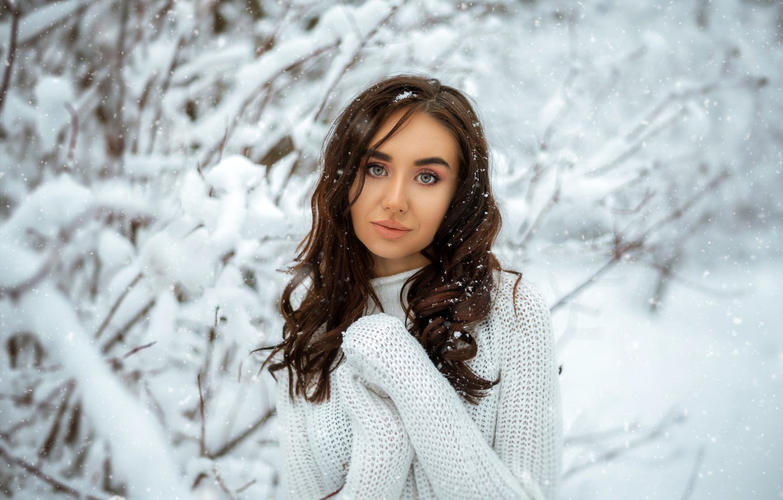 Фото обои зима, взгляд, снег, деревья, снежинки, природа, поза, модель, портрет, макияж, прическа, шатенка, стоит, кофта, в ...