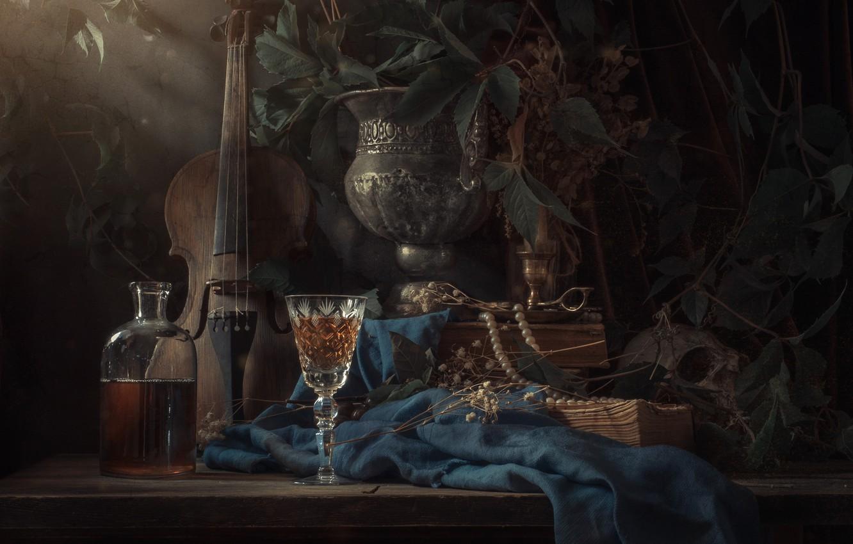 Фото обои скрипка, бокал, книги, череп, ожерелье, натюрморт