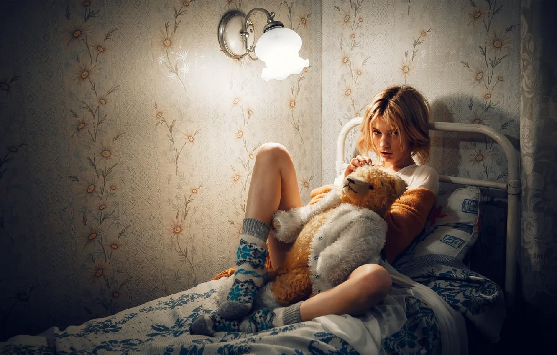 Фото обои мишка, девочка, ножки, на кровати, Марта Громова, Андрей Васильев