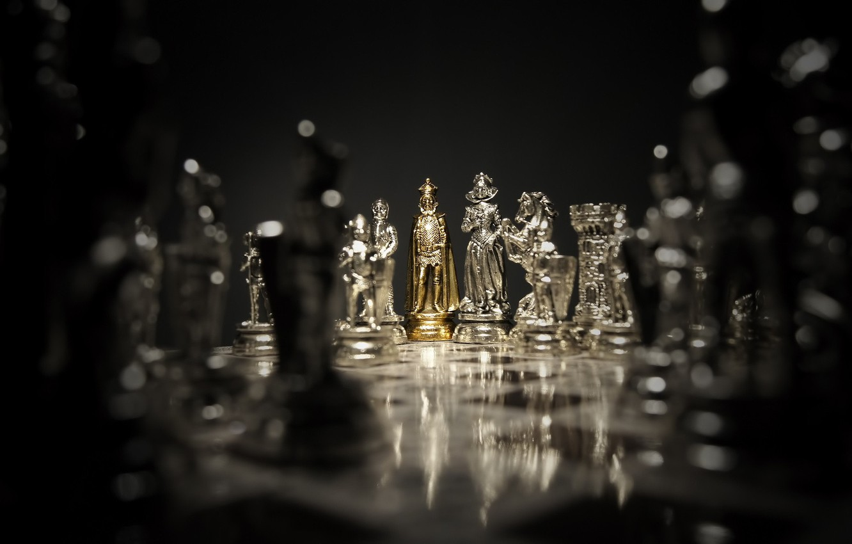 Фото обои стиль, золото, игра, блеск, фокус, шахматы, доска, позолота, материал, фигуры, партия, фигурки, королева, chess, король