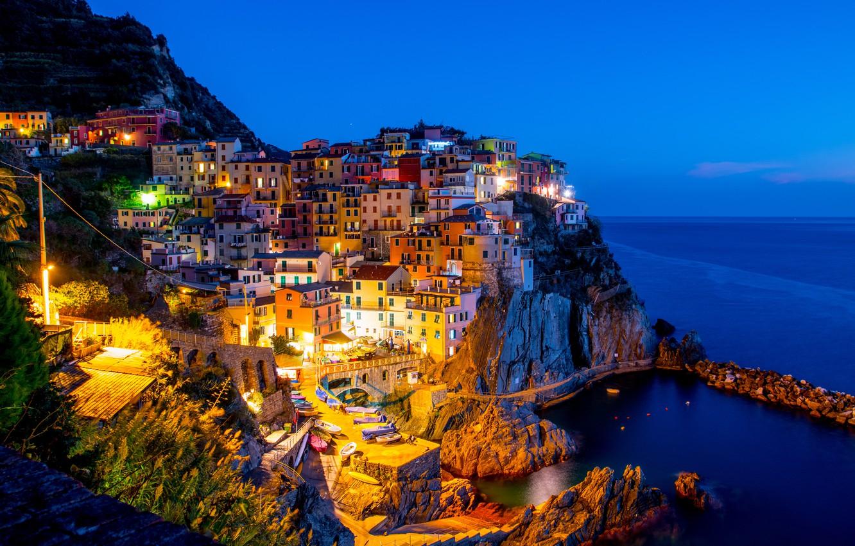 Фото обои море, ночь, city, lights, огни, побережье, дома, лодки, Италия, залив, sea, landscape, Italy, coast, panorama, …
