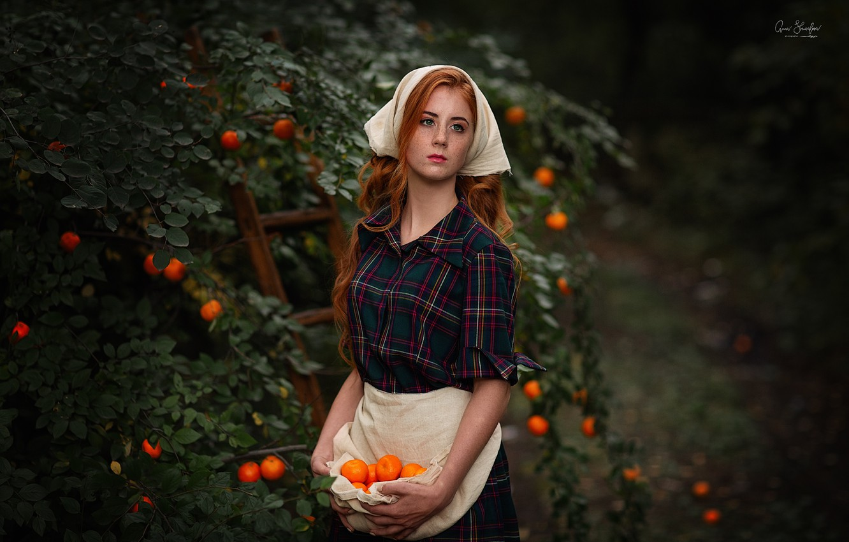 Фото обои девушка, деревья, платье, веснушки, рыжая, косынка, локоны, мандарины, передник, Анна Шувалова