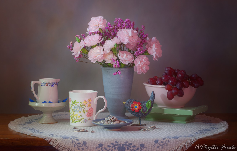 Фото обои цветы, стиль, фон, букет, виноград, кружка, ваза, птичка, натюрморт, салфетка, гвоздики