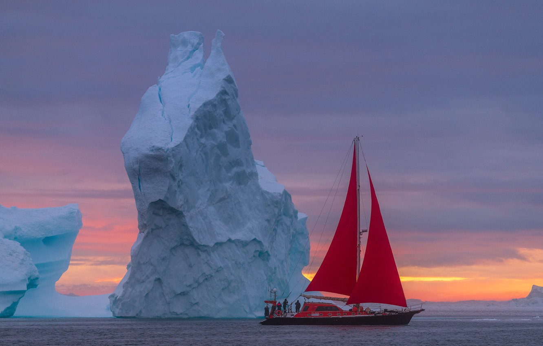 Фото обои море, пейзаж, лодка, парусник, утро, айсберг, алые паруса, Гренландия