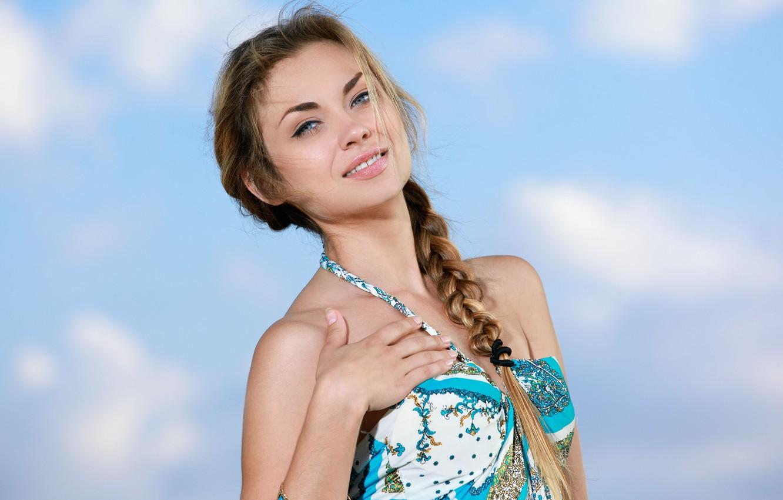 Фото обои небо, облака, улыбка, платье, коса, Tiara