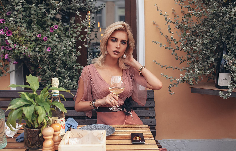 Фото обои взгляд, девушка, цветы, стиль, вино, модель, бокал, кафе, ресторан, Roma Roma, Оксана Стрельцова