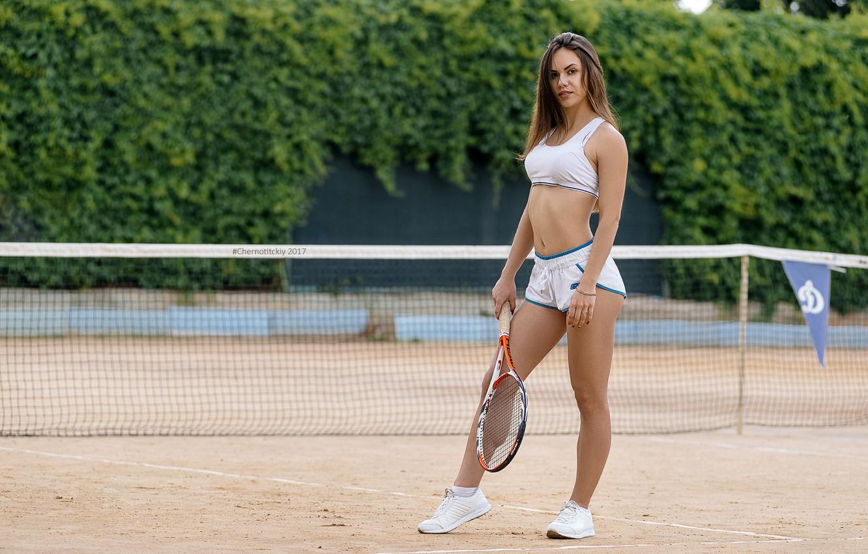 Фото обои девушка, поза, сетка, шорты, макияж, фигура, прическа, ракетка, шатенка, маечка, спортсменка, кроссовки, теннис, корт, Roma …