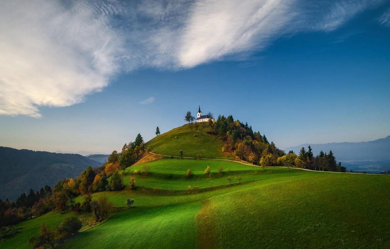 Фото обои облака, деревья, пейзаж, горы, природа, холм, церковь, Словения, Valentin Valkov