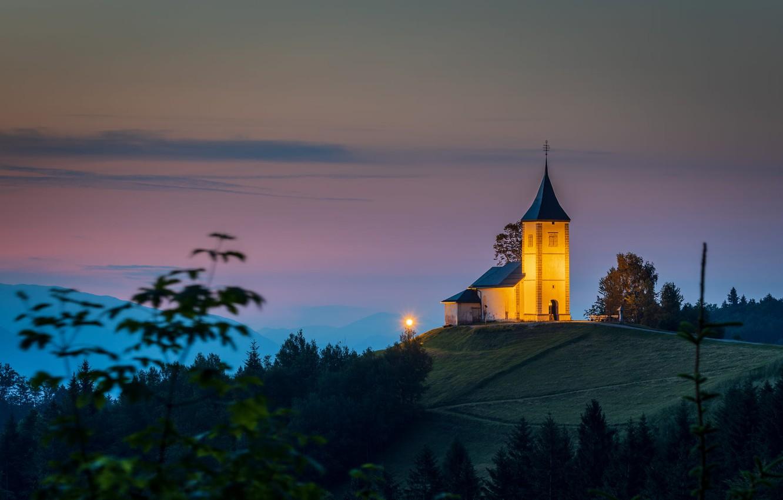 Фото обои пейзаж, природа, туман, рассвет, утро, подсветка, холм, дорожка, церковь, сумерки, Словения, Ямник