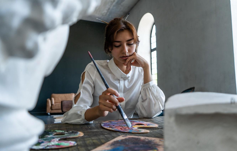 Фото обои девушка, краски, акварель, кисть, художница, думает