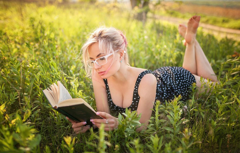 Фото обои зелень, солнце, природа, поза, модель, портрет, макияж, платье, очки, прическа, блондинка, лежит, книга, красотка, на …